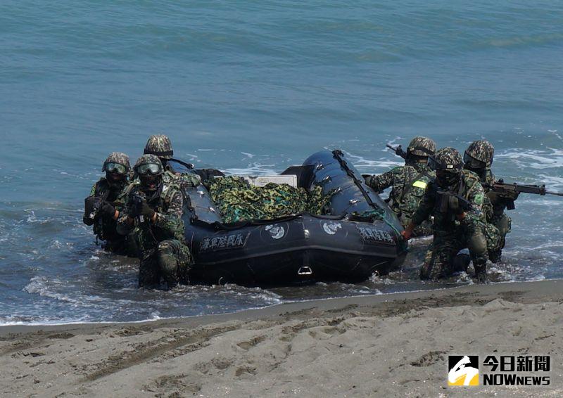 陸戰99旅操艇登陸演練。