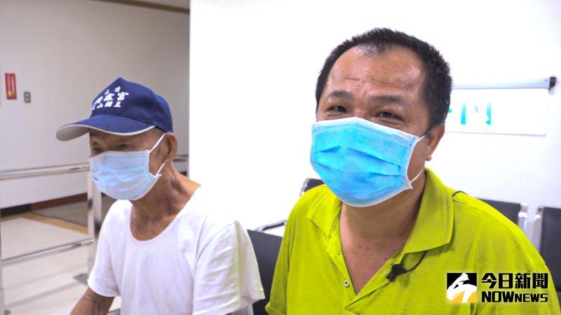 ▲82歲的張姓老翁(左)日前感到耳內抽痛,診所診斷為中耳炎。(圖/記者陳雅芳攝,2020.07.04)