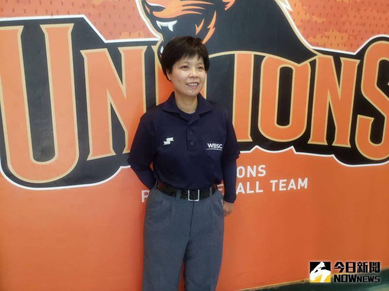 ▲首位獲得中華民國棒球協會認證的女性裁判劉柏君,來到台南球場開球。(圖/黃建霖攝)