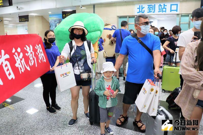 ▲執飛國際航線的台灣虎航吸引了不少航空迷到現場搭乘,甚至有旅客採一日來回的方式,就只為了要搶搭台灣虎航的班機,過過「偽出國」的乾癮。。(圖/記者張塵攝,2020.07.05)