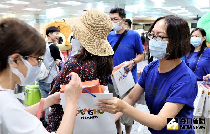 ▲旅遊處長陳美齡代表賴峰偉縣長,親手將禮品送到每一位客人的手中,以誠摯的心歡迎來澎湖觀光的遊客。(圖/記者張塵攝,2020.07.05)