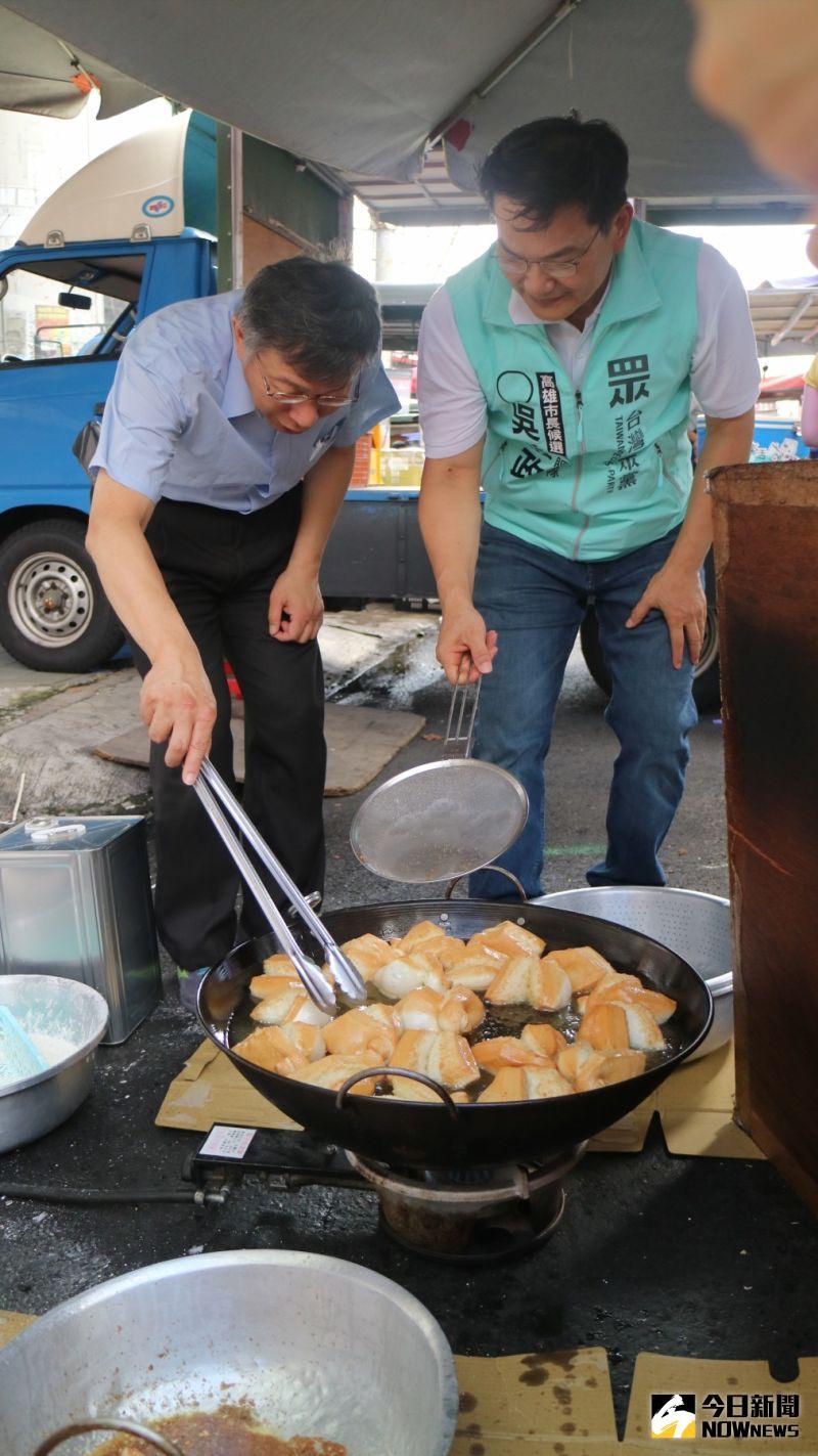 ▲柯文哲(左)與吳益政(右)體驗炸雙胞胎。(圖/記者鄭婷襄攝,2020.07.05)
