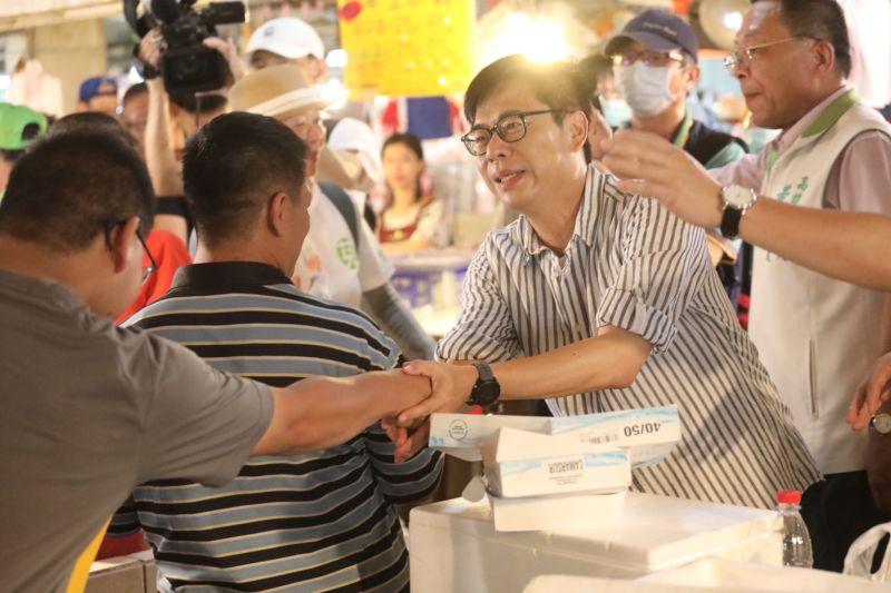 ▲陳其邁今(5)日上午到路竹民有攤販集中場拜票。(圖/陳其邁競選辦公室提供)