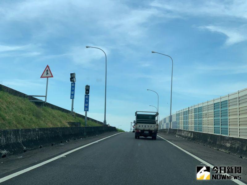 ▲彰化交流道在即將封閉匝道進行施工。(圖/記者陳雅芳攝,2020.07.05)