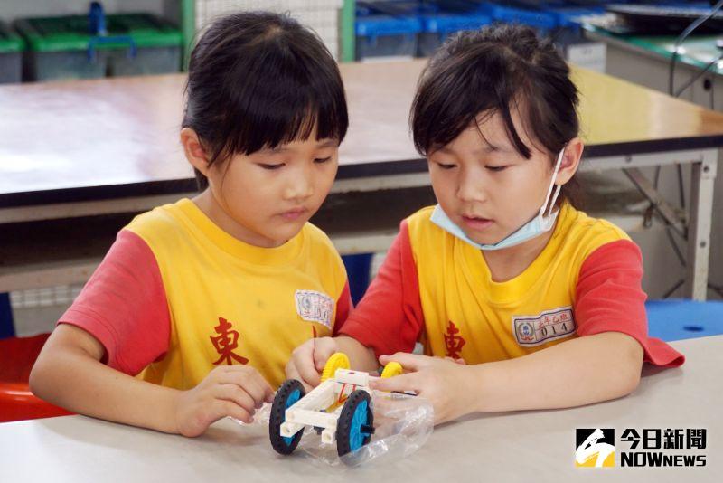 ▲東山國小二年級學生在大葉大學企管系師生帶領下,體驗積木教學。(圖/記者陳雅芳攝,2020.07.05)