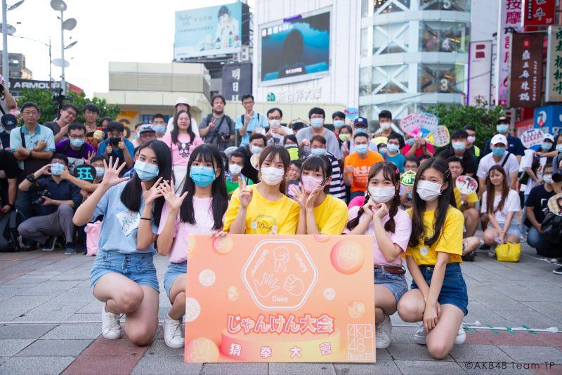 ▲AKB48 Team TP的高云珏(左起)、鄭佳郁、陳詩雅、林佳霓、張羽翎、吳婉淩在西門町快閃宣傳猜拳活動。(圖/好言娛樂提供)
