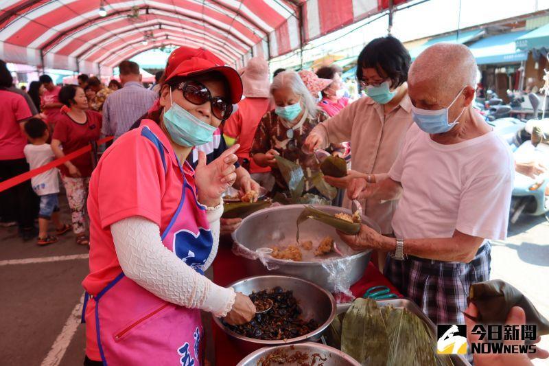 ▲永靖鄉農會舉辦食農教育廣活動,提供食材讓民眾體驗包粽子,把粽子帶回家。(圖/記者陳雅芳攝,2020.07.05)