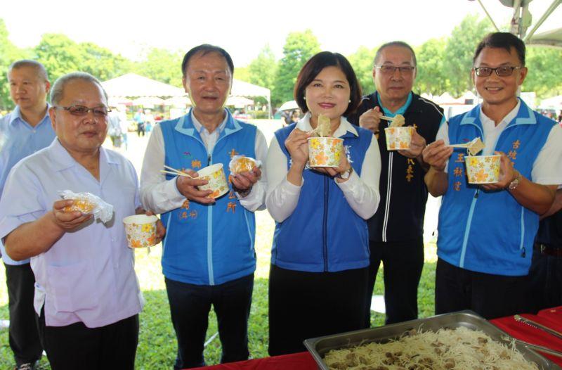 ▲縣長張麗善領著民眾一起免費品嚐道地的竹筍風味佳餚。(圖/記者簡勇鵬攝,2020.07.05)
