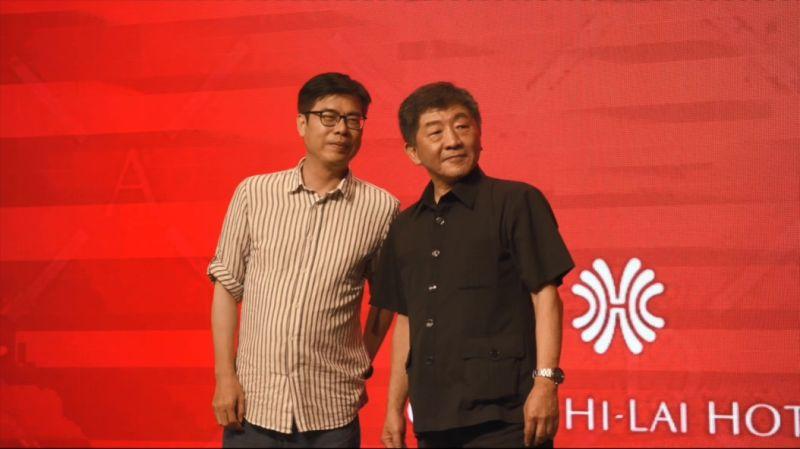 高雄市長候選人陳其邁(左)和衛福部長陳時中(右)「雙陳同台」,出席高雄市醫師公會會員代表大會。(圖/陳其邁競選辦公室提供)