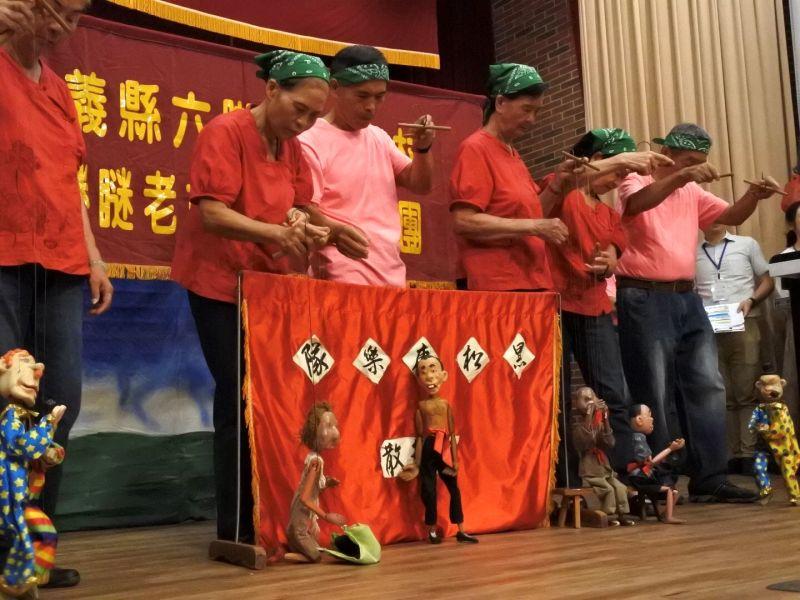 ▲詼諧趣味演出的老奶奶懸絲偶劇團。