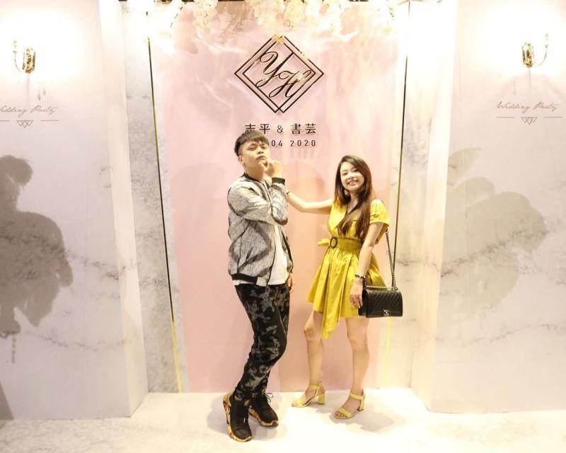 ▲二伯(右)穿上整套鮮黃色的洋裝。(圖/二伯