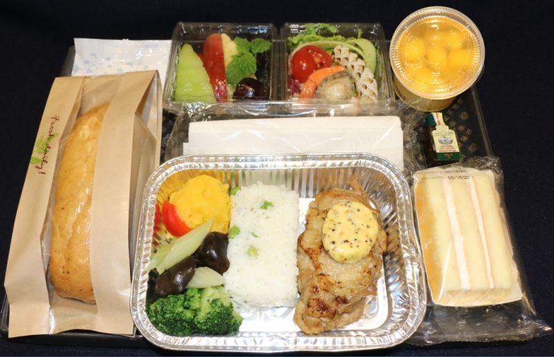 華航「防疫熱餐」上線 航班逾3小時供應、僅雞肉主餐