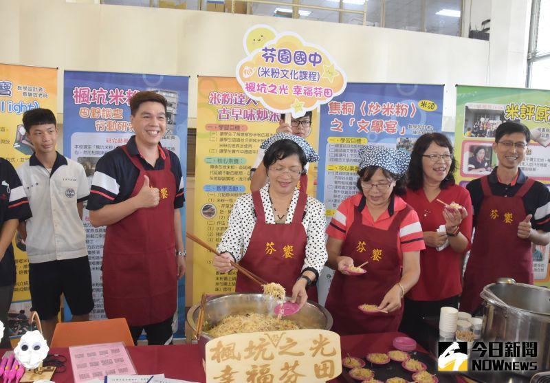 ▲彰化縣長王惠美展現廚藝,炒了一盤芬園米粉。(圖/記者陳雅芳攝,2020.07.06)