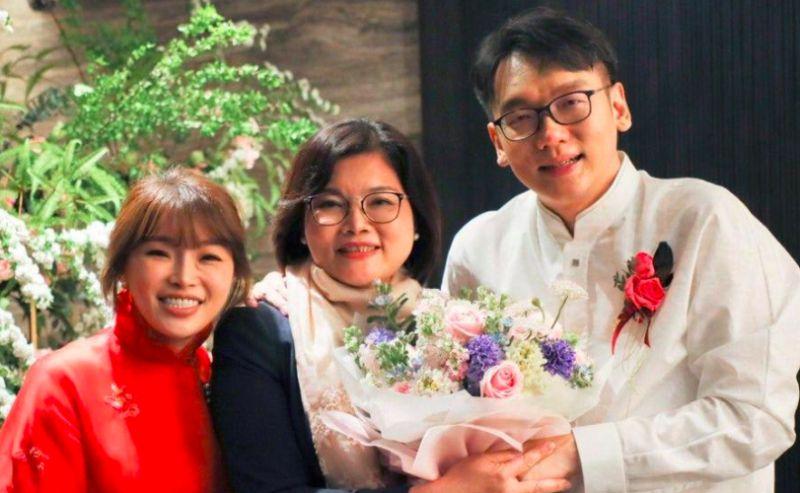 前雲林縣立委<b>張嘉郡</b>公布結婚喜訊 韓冰現身送上祝福