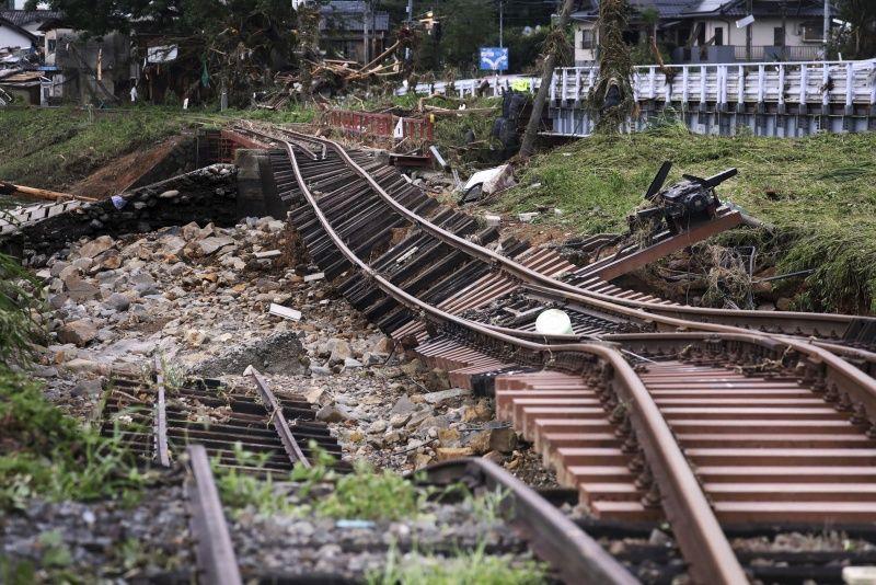 ▲暴雨導致不少聯外道路被破壞。(圖/美聯社/達志影像)