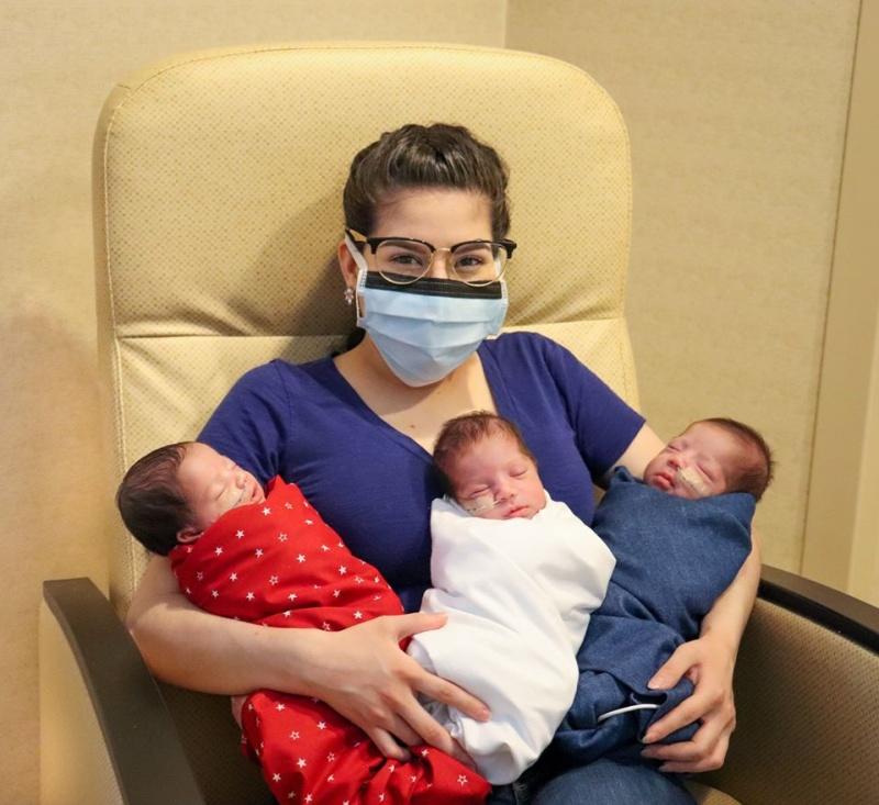 ▲美國新手媽媽瑪姬,與她的三胞胎女兒。(圖/翻攝自 The Woman's Hospital of Texas 臉書)
