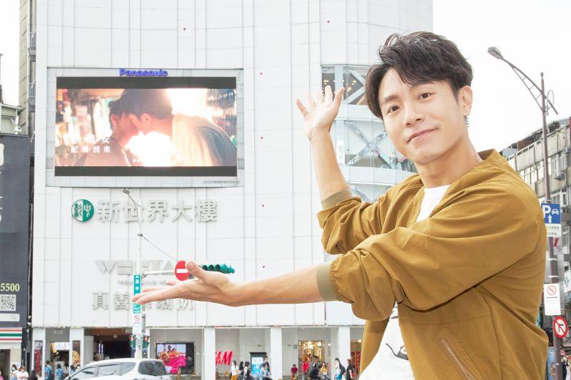 ▲韋禮安在西門町觀賞《記得回來》MV。(圖/The