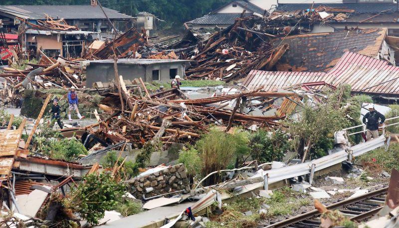 ▲大雨重創日本熊本,部份民宅與橋梁遭到沖毀。(圖/美聯社/達志影像)