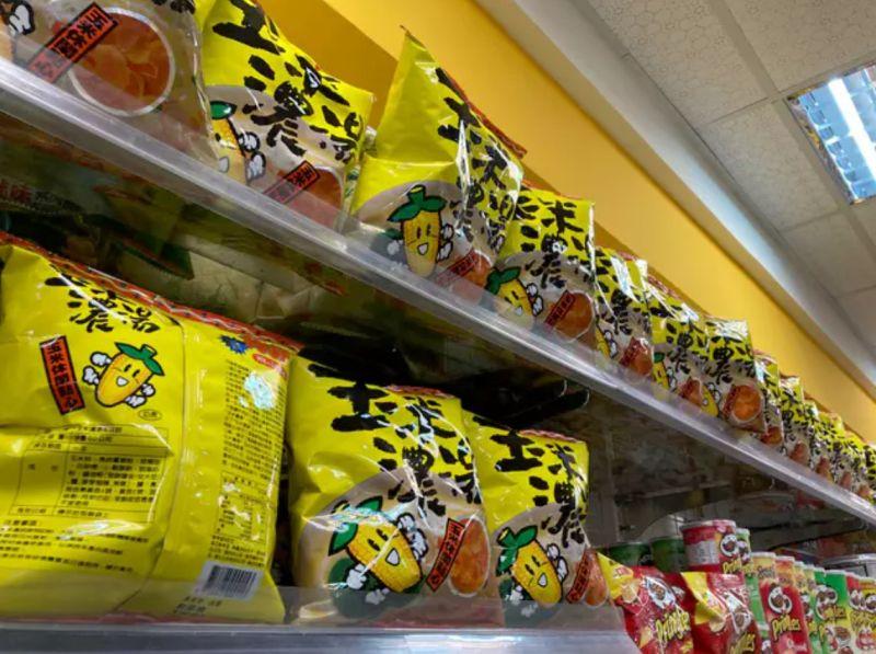 ▲黃色零食站滿整面零食架。(圖/翻攝
