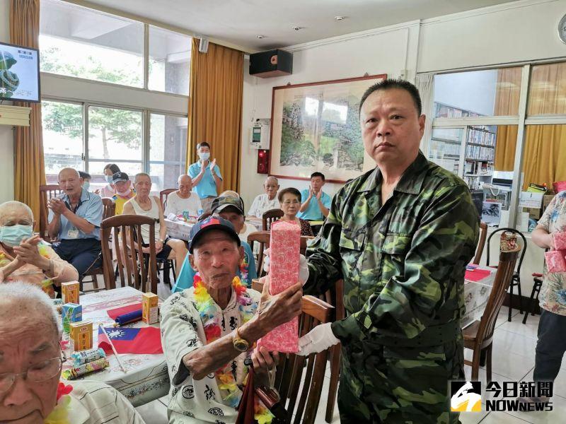 ▲彰化榮家家主任史浩誠表揚七七抗戰老兵。(圖/記者陳雅芳攝,2020.07.07)