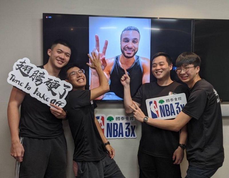 ▲國泰NBA 3x幸運參賽球迷(左起黃子強、高毓翔、張宸、洪子量)與Larry Nance Jr.視訊合影,秒被圈粉外也決定把隊名改成「南斯與他的快樂夥伴」。(圖/主辦單位提供)