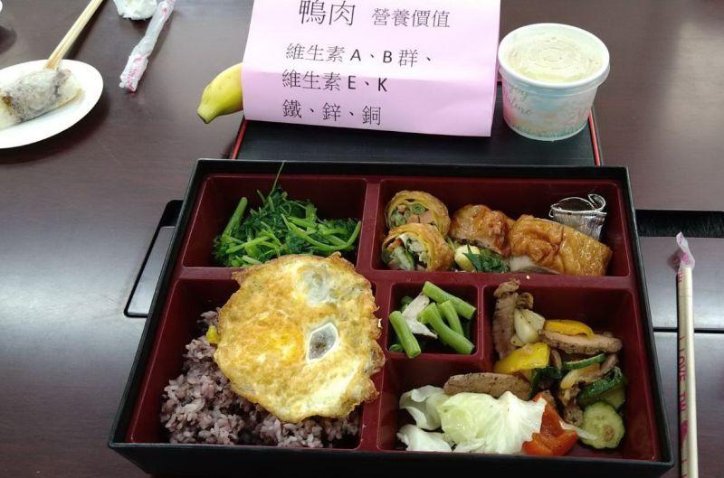 ▲烤鴨成為可口又美味營養的豐盛午餐。(圖/記者簡勇鵬攝,2020.07.07)