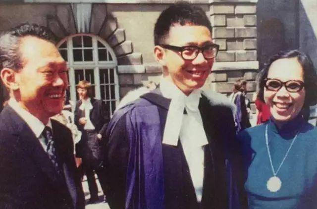 ▲李光耀、柯玉芝親自參加李顯龍的畢業典禮。(圖/翻攝自網路)