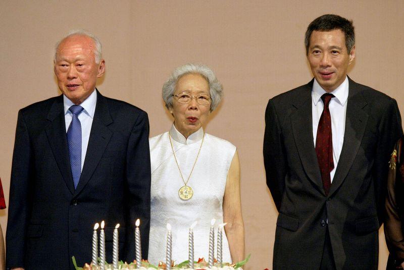 ▲李顯龍於2004年8月起擔任總理。圖為他與父親李光耀、母親柯玉芝於2003年合照。(圖/美聯社/達志影像)