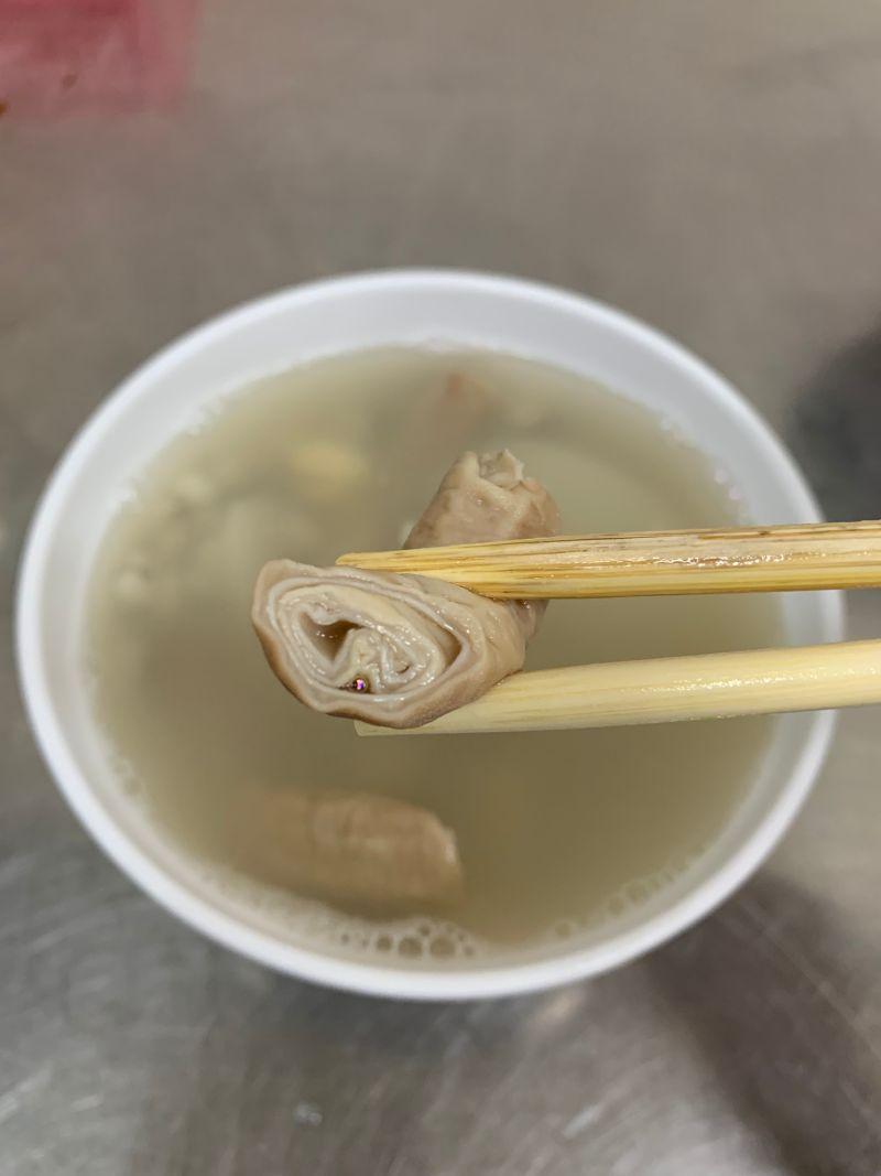 ▲店裡的雙管湯也是一絕,內外兩層都是新鮮豬小腸。(圖/記者康子仁攝)