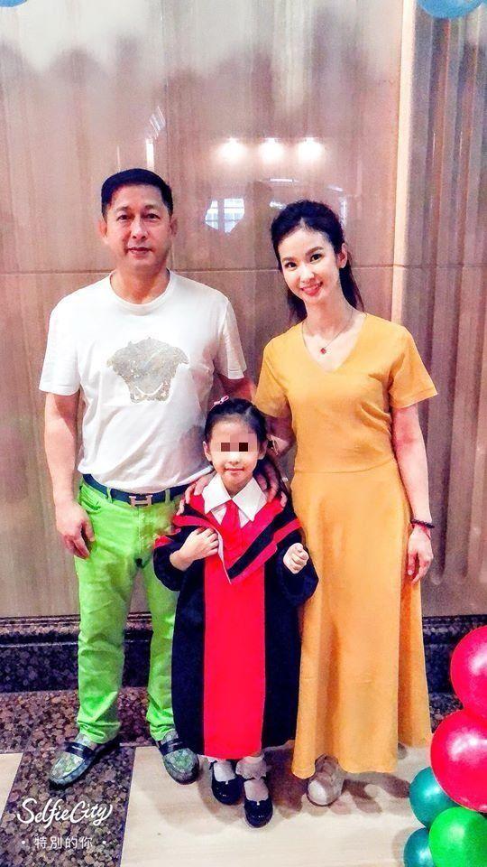 ▲林佐岳(左)與老婆陳小菁、女兒全家福。(圖/林佐岳臉書)