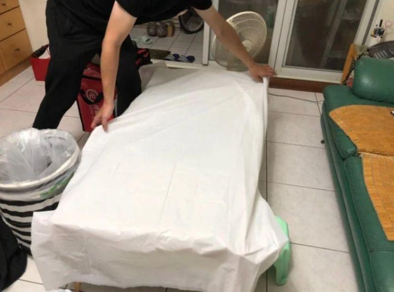 ▲外送員貼心鋪上白色餐巾。(圖/翻攝