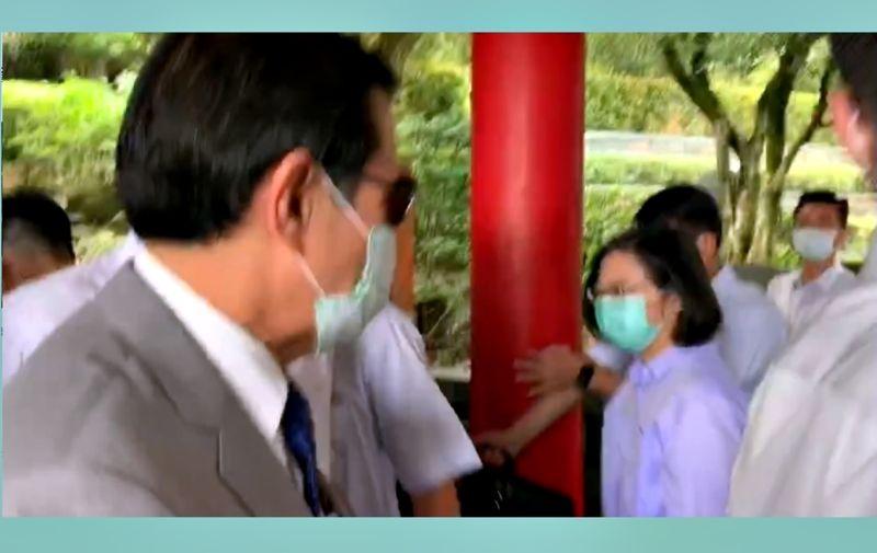 總統蔡英文與前總統馬英九8日在台北指南宮祭典擦身巧遇。( 圖 /讀者提供 )