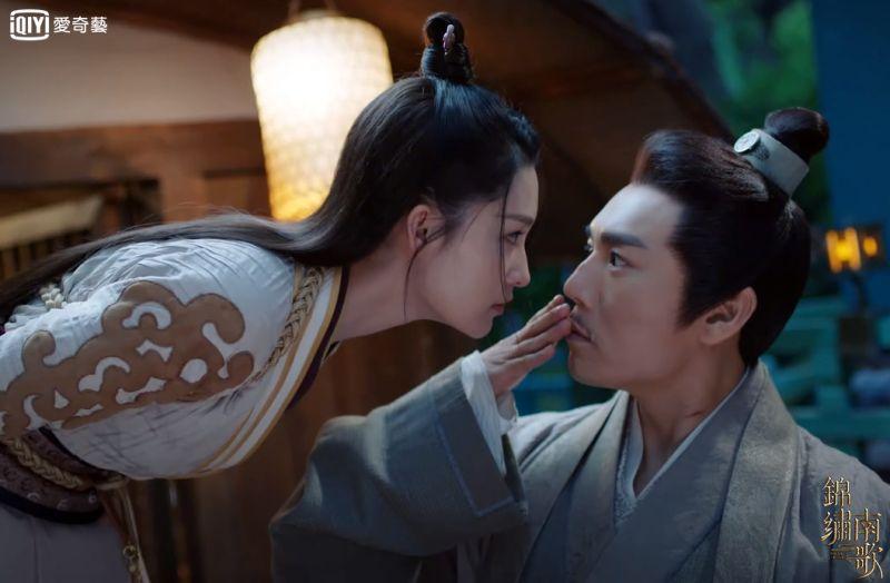 ▲秦昊爆和李沁(左)學浪漫,被反虧要溫柔點。(圖