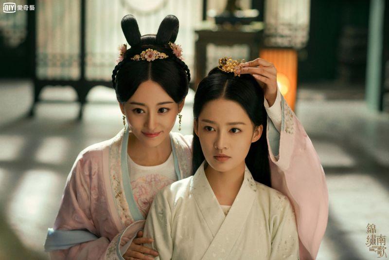▲關雪盈(左)飾演李沁妹妹對她心生忌妒。(圖