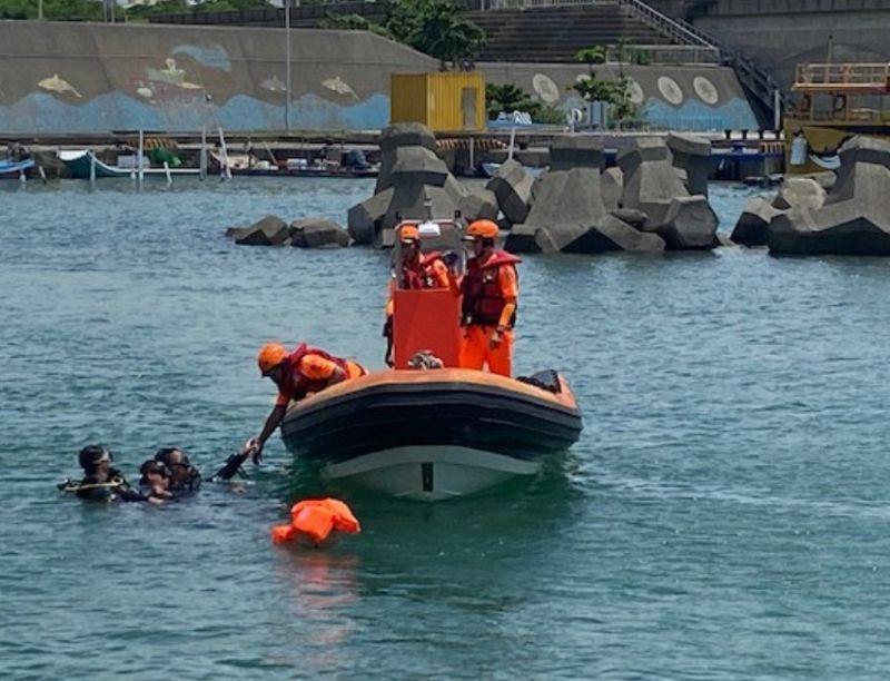 ▲海巡署南部分署第5岸巡隊聯合救生救難演練,過程逼真。