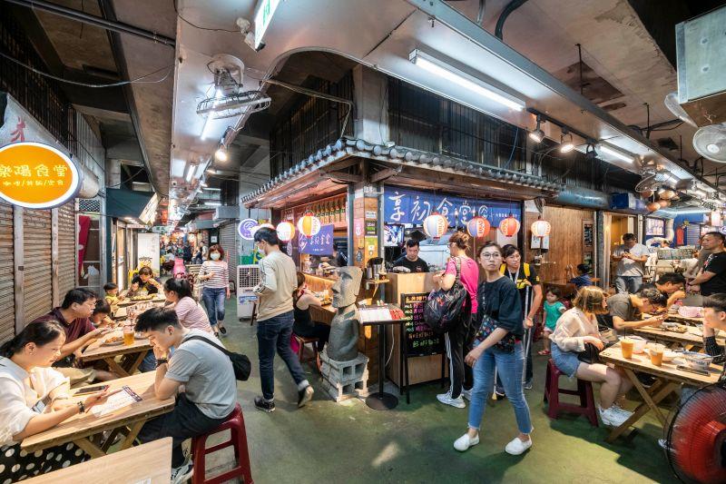 ▲新竹市東門市場內的30幾家攤商自即日起推出3倍券優惠。(圖/記者金祐妤翻攝,109.7.8)