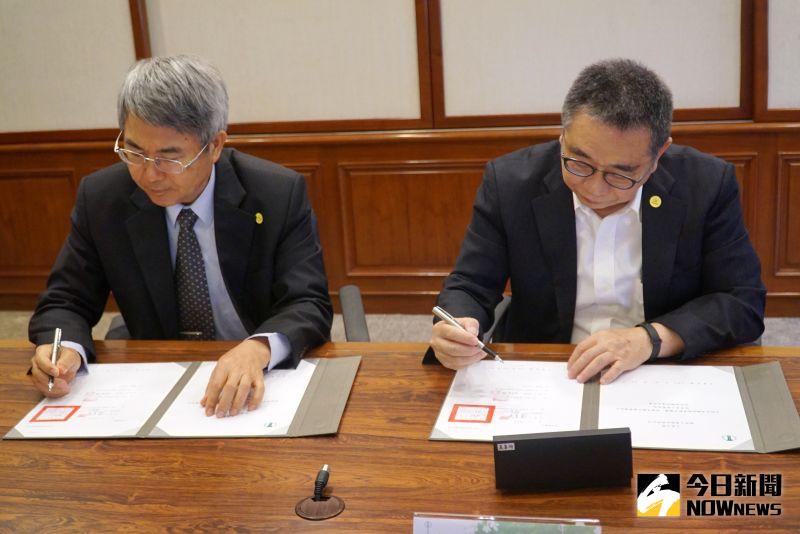 ▲大葉大學校長梁卓中(右)與穎西工業總經理林金柱(左)代表雙方簽約。(圖/記者陳雅芳攝,2020.07.08)