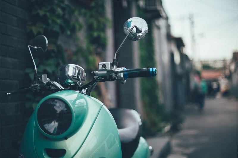 ▲女網友違規在先,騎乘機車不僅未戴安全帽,還闖紅燈,甚至嗆警方執法過當。(示意圖/翻攝自 Pixabay )