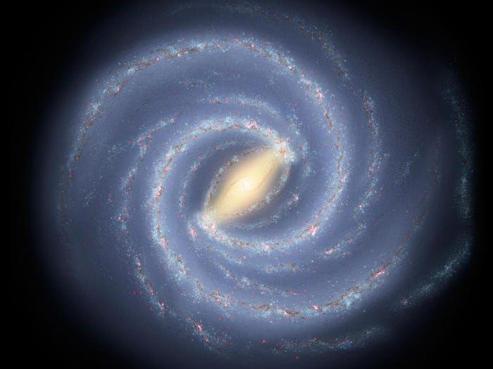 ▲星系的周圍釋放出大量的螺旋氣體雲,呈現出浪漫的羽狀臂。(圖/翻攝自