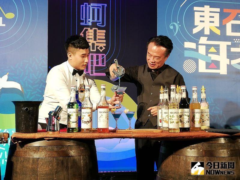▲東石海之夏今年首次在漁人碼頭打造戶外酒吧,取名「蚵集吧」,記者會中提前感受氛圍。(圖/記者邱嘉琪攝,2020.07.09)
