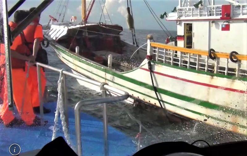 ▲海巡弟兄廣播要求該船停止作業、起網並執行登船檢查,並依違反漁業法暨佐證資料,函送主管機關漁業署裁處。(圖/澎湖海巡隊提供)