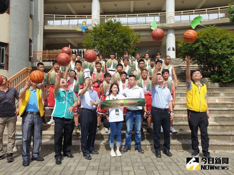 張廖萬堅聯袂運彩公會贈籃球   期許小將打一場好球
