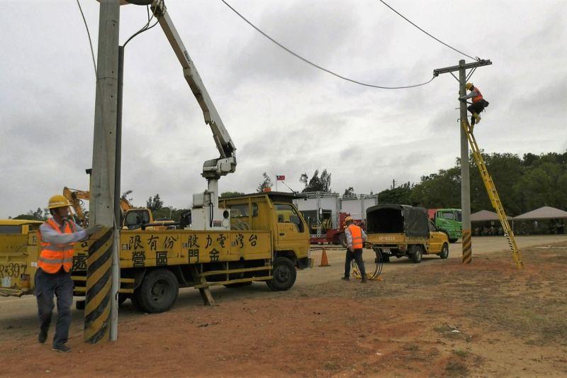 ▲模擬颱風過後,台電緊急搶修受損電路。(圖/記者蔡若喬攝)