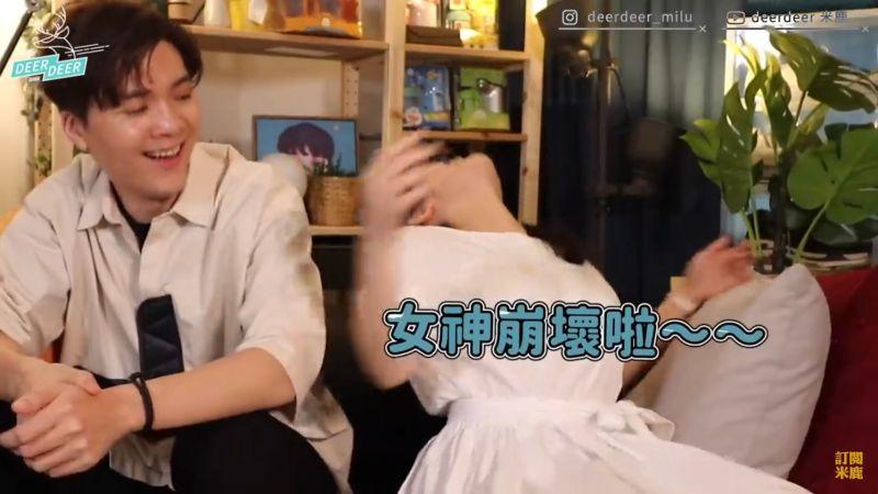 ▲雞排妹示範當時身體癱坐在椅子。(圖/米鹿Youtube)