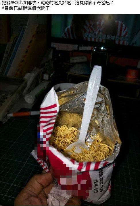 ▲一名網友分享自己泡麵「乾吃」的方法。(圖/翻攝自臉書社團「爆廢公社」)