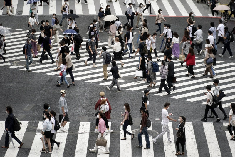 ▲近日東京民眾為因應新冠肺炎疫情,外出幾乎都配戴口罩。(圖/美聯社/達志影像)