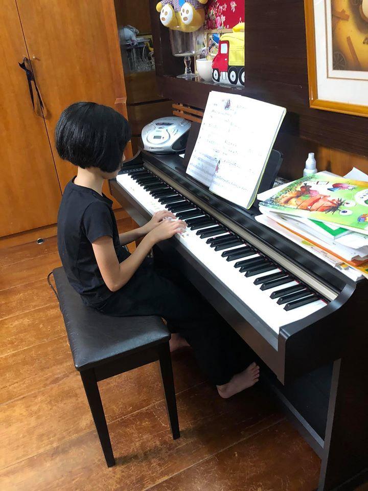 ▲吳淡如拍下女兒早起練琴的模樣。(圖/吳淡如臉書)