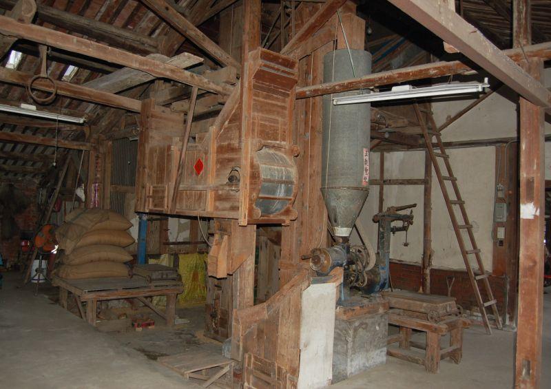 ▲碾米的機具乃檜木材,據說是豐原的師父至碾米廠製作;1948年左右,梁家買下現今碾米廠。(圖/台南市文資局提供)