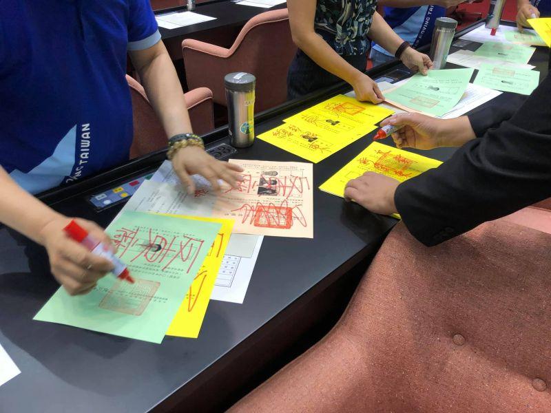 ▲國民黨團立委領取選票之後在上頭塗鴉、寫下「東廠」、「髒CC」等字。