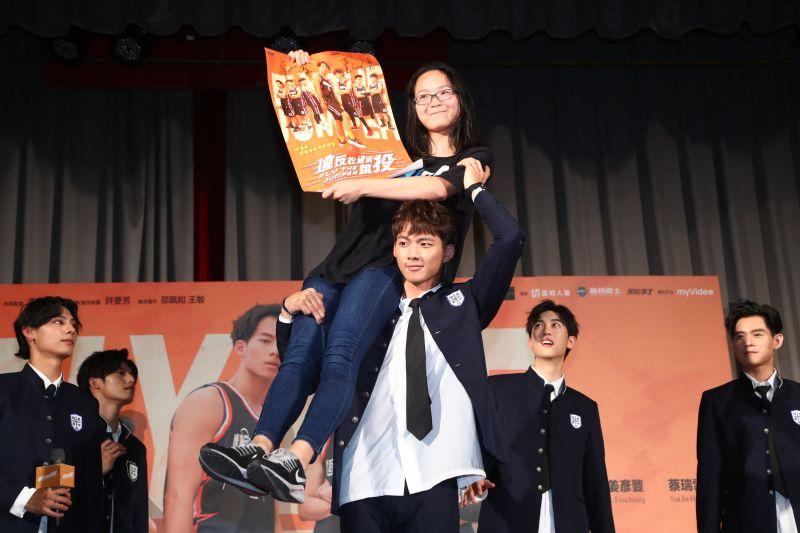 ▲吳念軒在首映會上霸氣一把抬起女同學。(圖/七十六号原子提供)